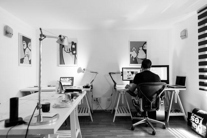 Investera i tillbehör som sadelstol, höj- och sänkbart skrivbord och bra belysning för att skapa en ergonomisk arbetsplats | Bizbay
