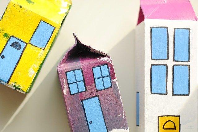 Skydda golv och mark från färg och spill på rätt sätt vid målning och renovering - använd mjölkpapp   BizBay