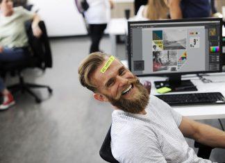 Lycklig anställd på grund av hälsosam arbetsmiljö